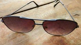特写镜头风镜背景和时尚太阳镜 免版税库存图片