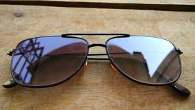 特写镜头风镜背景和时尚太阳镜 免版税库存照片