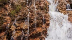 特写镜头风雨如磐的泡沫似的小河落入湖在公园 影视素材