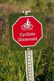 特写镜头骑自行车者卸下标志 库存图片