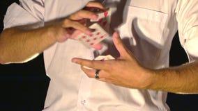 特写镜头魔术师手拖曳卡片入爱好者 影视素材