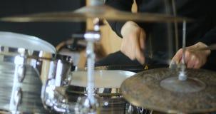特写镜头鼓手艺术家爵士乐合理的使用的鼓音乐设备撞击声鼓槌,圈套, 4k 股票录像