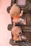 特写镜头,在一架木梯子的滑稽的玩偶,原色印刷 图库摄影