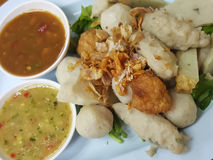 特写镜头,泰国食物:混合丸子供食用一个可口调味汁 图库摄影