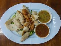 特写镜头,泰国食物:混合丸子供食用一个可口调味汁 免版税库存图片