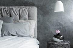 特写镜头,灰色床,织地不很细墙壁 免版税库存图片