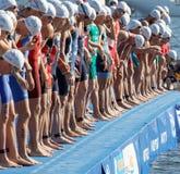 特写镜头,等待起动信号的男性游泳竞争者 图库摄影