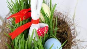 特写镜头,从上面看法,自转,欢乐复活节构成包括色的鸡蛋,绿色年轻草和软 股票视频