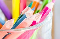 特写镜头A小组颜色在一个清楚的杯子书写 免版税库存照片