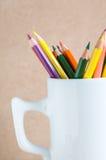特写镜头A小组颜色在一个白色杯子书写 库存图片