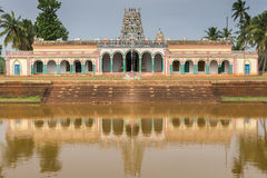 特写镜头Kothamangalam希瓦寺庙在寺庙池塘反射了 免版税图库摄影