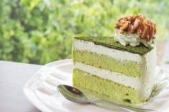 特写镜头matcha在咖啡店的绿茶蛋糕与自然backgro 库存图片
