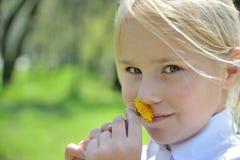 特写镜头portraite小女孩用蒲公英 库存图片