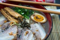 特写镜头tonkotsu猪肉拉面日本人面条 免版税库存图片