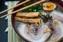 特写镜头tonkotsu猪肉拉面日本人面条 免版税图库摄影