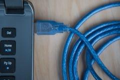 特写镜头USB与膝上型计算机的电缆接线 概念查出的技术白色 免版税库存照片