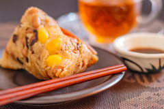 特写镜头zongzi或黏米饭饺子用茶 库存照片