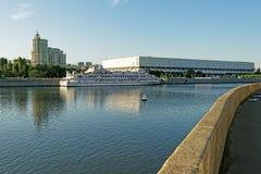 特列季尤欣美术画廊现代大厦和美术馆船的 库存照片