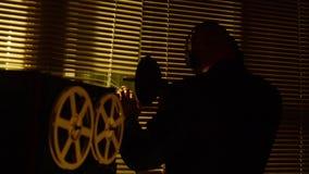 特别代理人侦察员在tape4听交谈并且创造纪录 影视素材