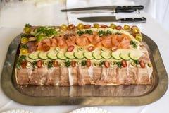 特别传统三明治蛋糕分层堆积用火腿、菜乳酪和调味汁 库存照片