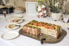 特别传统三明治蛋糕分层堆积用火腿、菜乳酪和调味汁 库存图片