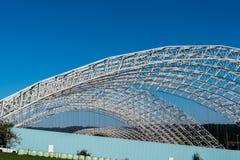 特别废垃圾填埋的天花板的被成拱形的钢结构在Koelliken瑞士 库存图片