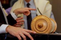 特别是在假日期间,在礼拜的古典摩西五经纸卷在一间犹太教堂, 库存照片
