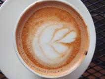 特别热奶咖啡草莓咖啡馆Tegal,印度尼西亚 免版税库存照片