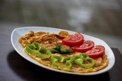 特别煎蛋卷在板材的早餐 免版税图库摄影