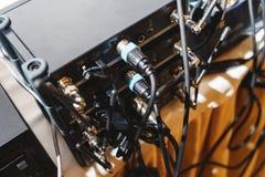 特别音响器材后板连接的音频缆绳 图库摄影