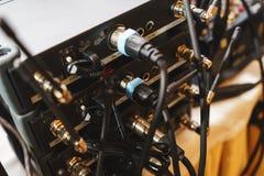 特别音响器材后板连接的音频缆绳 免版税库存图片
