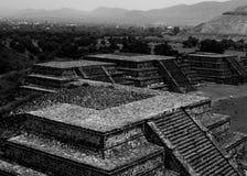 特奥蒂瓦坎金字塔在墨西哥城 库存照片