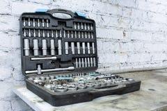 特定工具汽车机械师 在箱子 突出在表 免版税库存图片