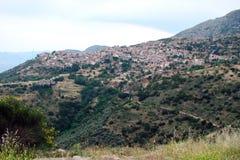 特尔斐镇希腊 06 17 2014年 落矶山脉的本质的风景在特尔斐附近镇的希腊的南部的 免版税库存图片