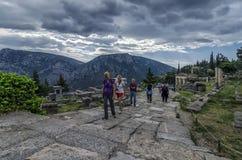 特尔斐,福基斯州/希腊 跟随神圣的方式的游人在特尔斐考古学站点  免版税库存照片