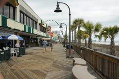 默特尔海滩, SC,美国4/28/2013 :盛大子线木板走道 库存图片