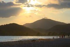 费特希耶,在日落的Oludeniz海滩在土耳其 免版税库存图片