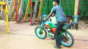 特技司机在他的摩托车,死亡自行车特技驱动的关闭执行 股票视频