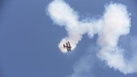 特技在天空的飞行物飞机 免版税库存照片