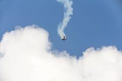 特技在天空的飞行物飞机 库存照片