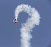 特技在天空的飞行物飞机 图库摄影