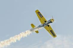 特技飞机驾驶在城市布加勒斯特,罗马尼亚的天空的训练 图库摄影