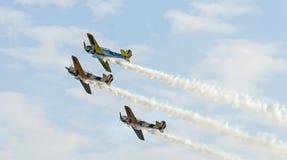 特技飞机驾驶在城市布加勒斯特,罗马尼亚的天空的训练 免版税库存照片