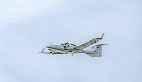 特技飞机驾驶在城市的天空的训练 金刚石飞机 Aeroshow 图库摄影