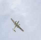 特技飞机驾驶在城市的天空的训练 金刚石飞机 Aeroshow 库存照片