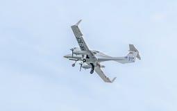 特技飞机驾驶在城市的天空的训练 金刚石飞机 Aeroshow 库存图片