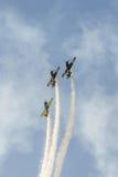 特技飞机驾驶在布加勒斯特市的天空的训练,罗马尼亚 有踪影烟的色的飞机 库存图片