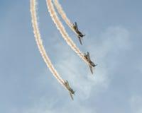 特技飞机驾驶在布加勒斯特市的天空的训练,罗马尼亚 有踪影烟的色的飞机 免版税图库摄影