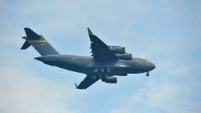 特技飞行显示乘美国空军队(美国空军) C-17 Globemaster III军用货物航空器在新加坡Airshow 免版税库存图片