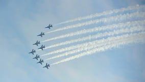 特技飞行显示从韩航力量(ROKAF)共和国的黑老鹰乐队在新加坡Airshow 免版税库存图片